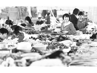 山东枣庄:气温持续升高 菜价逐渐回落
